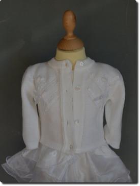 Cardigan blanc à l'occasion d'un baptême